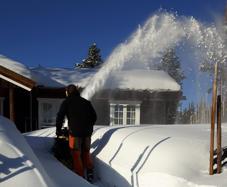 måking av snø ved hytte i Vågå