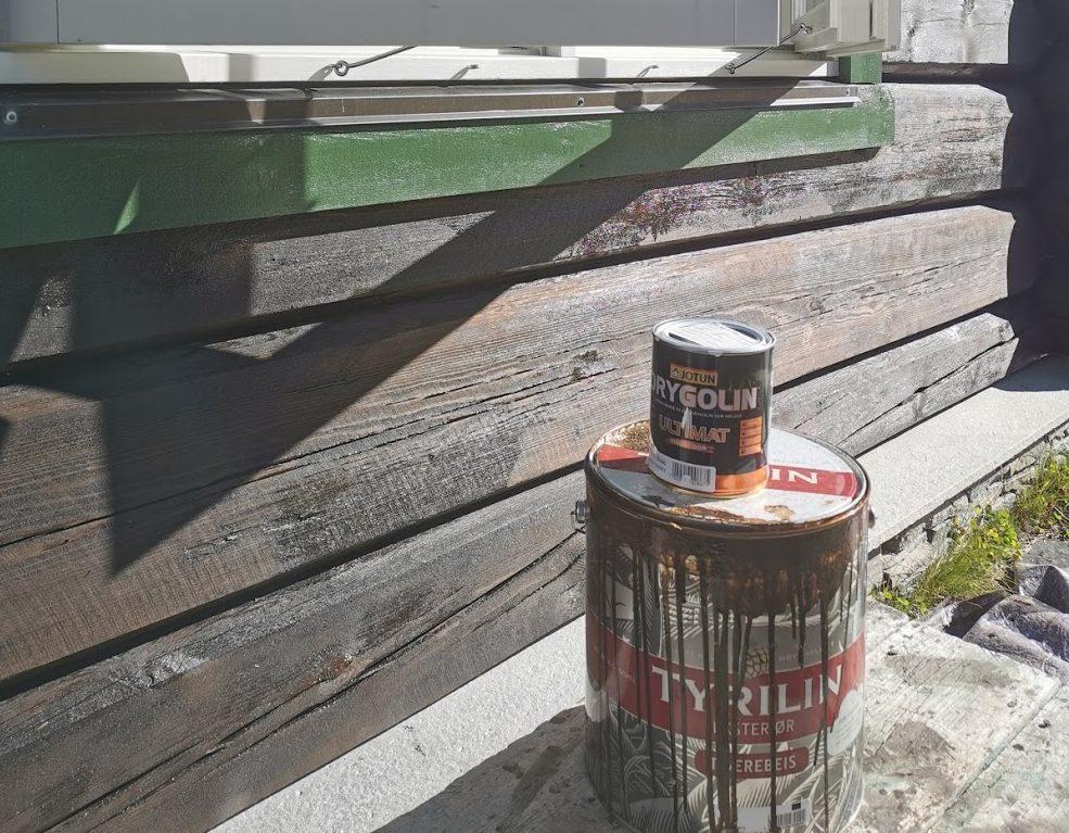 Beis ved brun tømmervegg på hytte ved Lemonsjøen